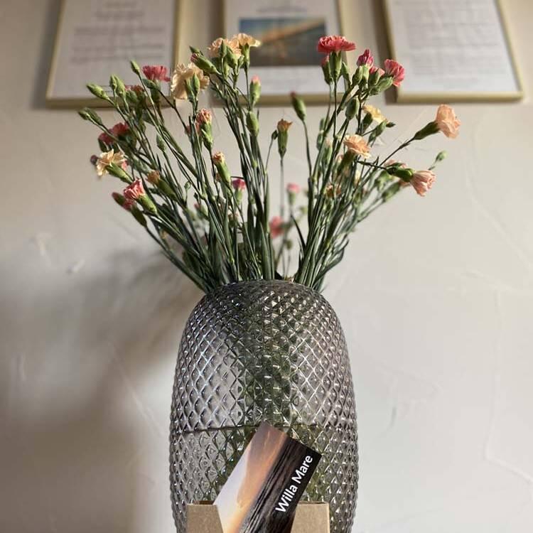 Wazon z kwiatami w obiekcie